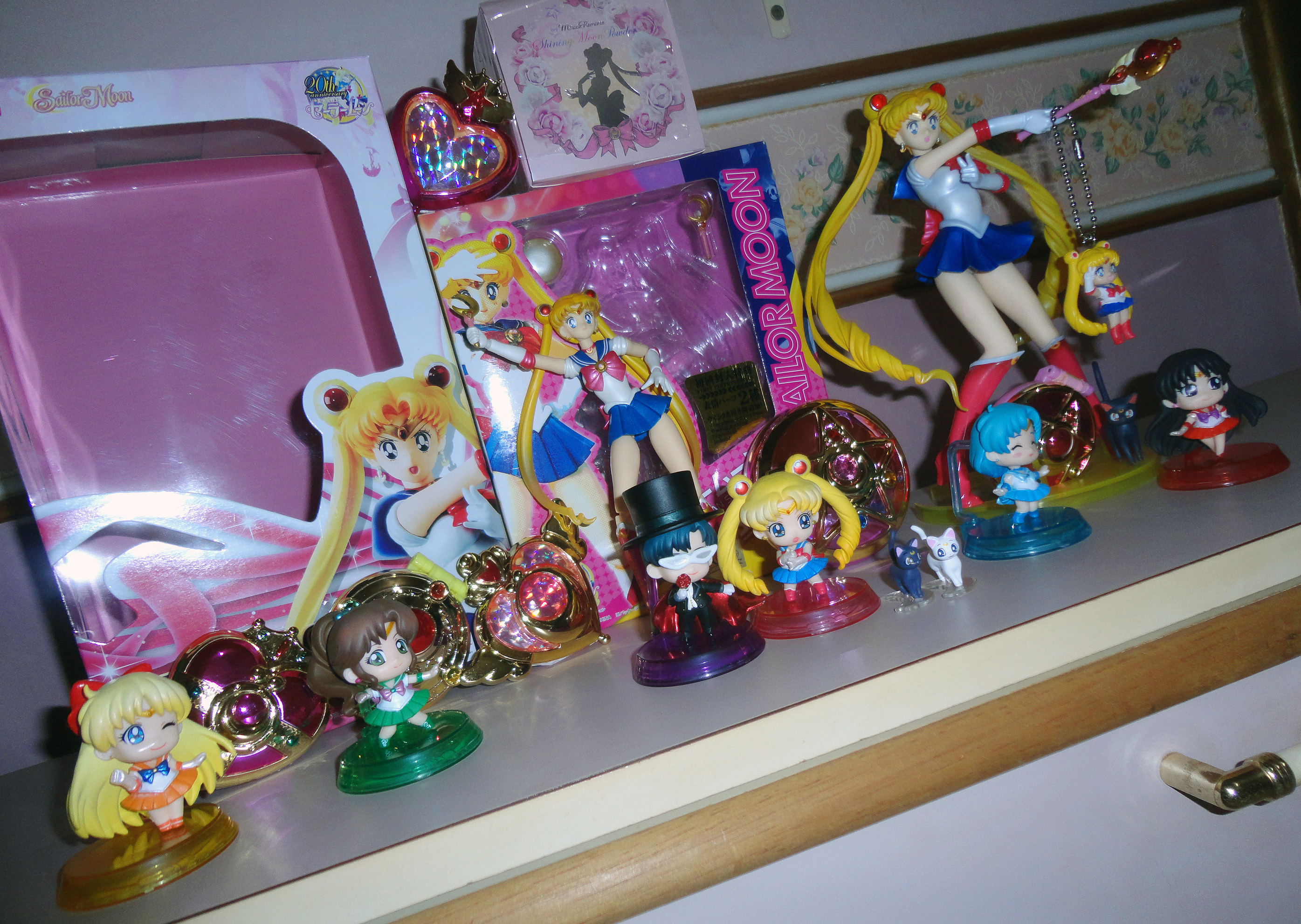 megahouse sailor_moon volks sailor_mars luna bandai sailor_venus compact sailor_mercury s.h.figuarts tuxedo_kamen bishoujo_senshi_sailor_moon toei_animation takeuchi_naoko figuarts_zero petit_chara_land bishoujo_senshi_sailor_moon_r cosmetics miracle_romance bishoujo_senshi_sailor_moon_petit_chara_land sailor_moon_20th_anniversary_compact_gashapon