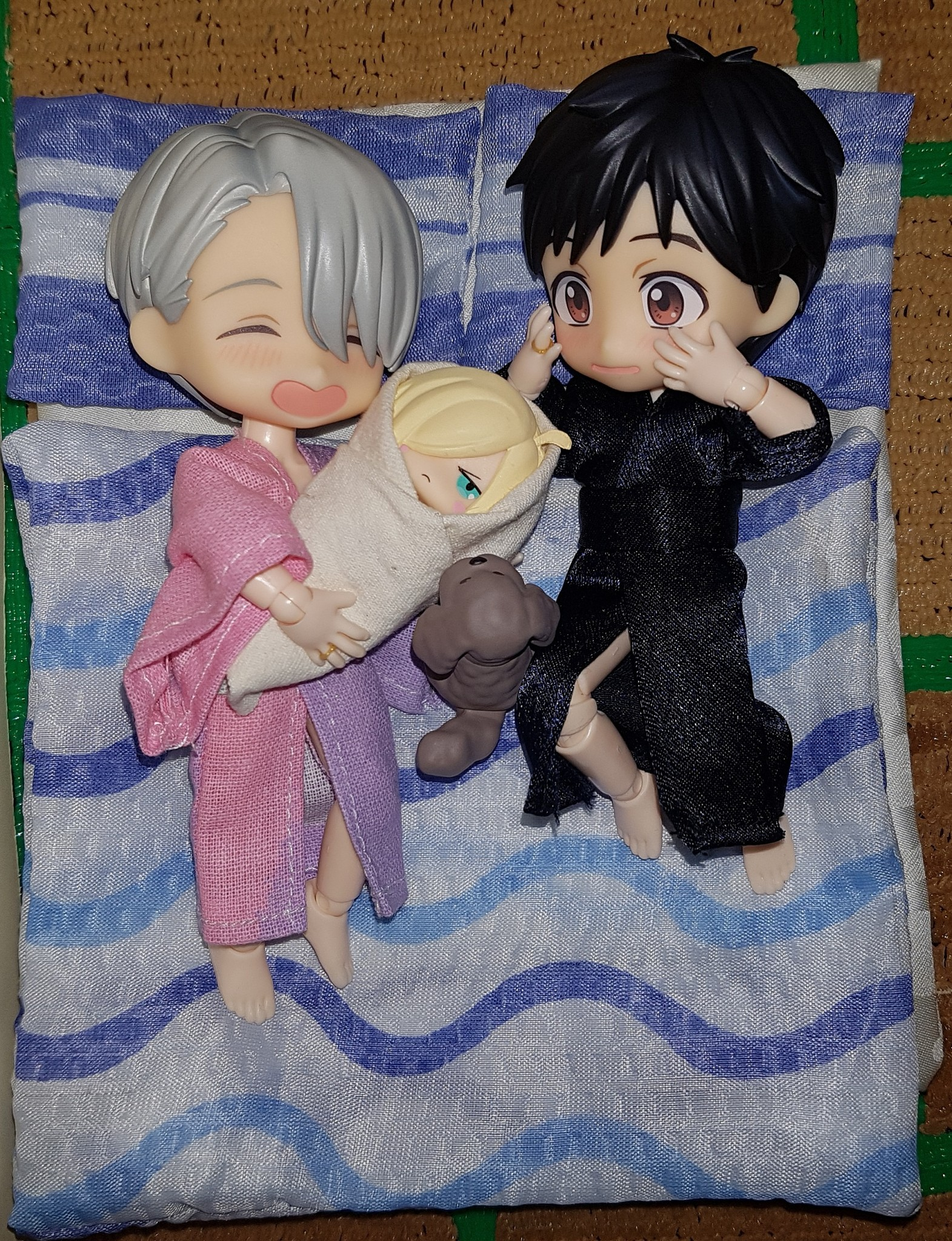brown_eyes bed silver_hair smile tatami family nendoroid black_hair custom baby obitsu nendoron bushiroad keyholder shichibee mappa mascot_figure orange_rouge makkachin yuri!!!_on_ice katsuki_yuuri yuri_plisetsky victor_nikiforov obitsuroid yuri!!!_on_ice_yurayura_figure_mascot_vol.1
